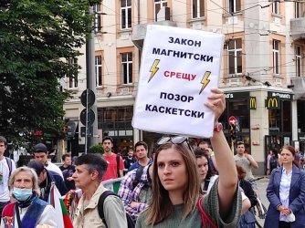 Протестът пред Съдебната палата събира подписи за оставката на Гешев (на живо)