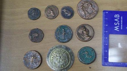 Прокуратурата е показала сувенирни монети, за да обясни арест на шеф в МВР