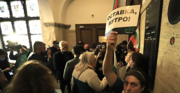 Протестиращи граждани влязоха в сградата на Съдебната палата и поискаха