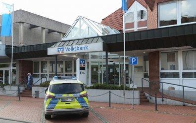 В Германия при ремонт на тротоарни плочки е открит осемметров тунел, водещ към банка