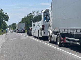 """Задръстване от 10 км на магистрала """"Тракия"""" заради катастрофа (видео)"""
