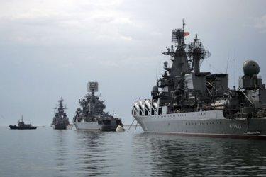 Руски военни самолети и кораби обкръжиха британски боен кораб край Крим