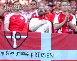 Всички на стадиона отдадоха чест на Ериксен, сн. ЕПА/БГНЕС