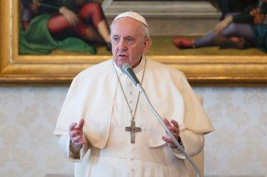 Папа Франциск е добре след операция на дебелото черво