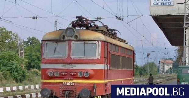 Бързият влак Бургас-София е аварирал малко след Сливен, в района
