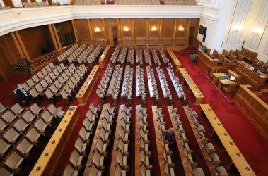 Партиите си разпределиха местата в пленарната зала