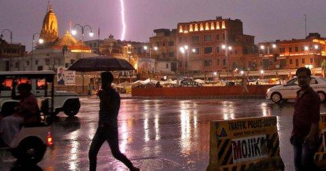 Мълнии убиха близо 70 души в Индия, младежи си правили селфита на крепост в дъжда