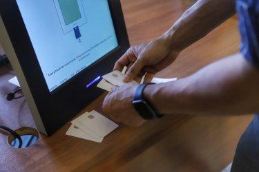 Гражданите разместиха партийните листи в 13 района
