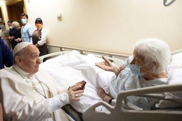 Папа Франциск ще остане още няколко дни в болница