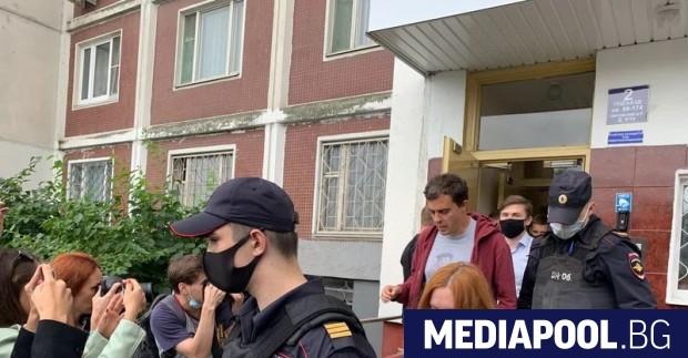 Руската полиция е отвела днес главния редактор на разследващото онлайн