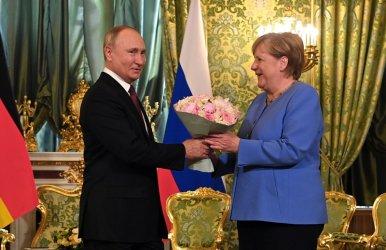 Меркел поиска от Путин да освободи Навални