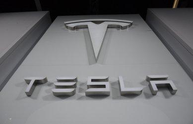 САЩ започва проверка на автопилота на 765 000 коли на Tesla