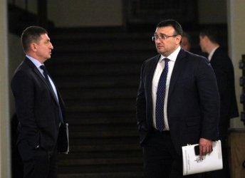 Младен Маринов и Христо Терзийски мълчат за оставки
