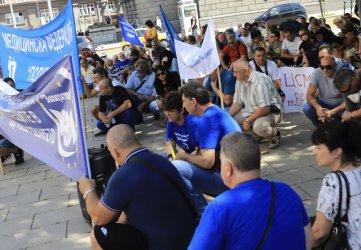 Спешни медици на протест заради парите за първа линия