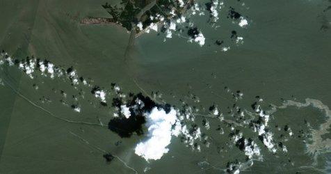 Екипи почистват голямо нефтено петно, появило се в Мексиканския залив