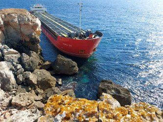 Голям товарен кораб заседна край Камен бряг (видео)