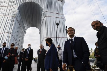 Макрон откри Опакованата по проект на Кристо Триумфална арка