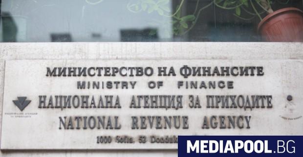 Прокуратурата твърди, че арестуваният преди ден данъчният служител е взел