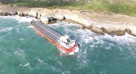 Заседналият край Камен бряг кораб отново замърсява морето