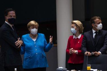Ангела Меркел (в синьо) заедно с премиера на Холандия Марк Рюте (ляво), председателката на ЕК Урсула фон дер Лайен и френския президент Еманюел Макрон