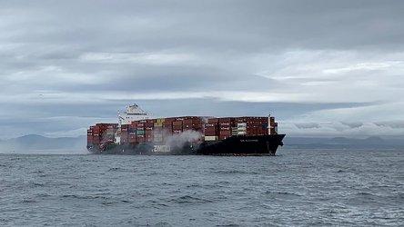 Пожар край бреговете на Канада на кораб, превозващ химически вещества