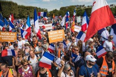 Протестиращите срещу Covid пропуските във Франция намаляват